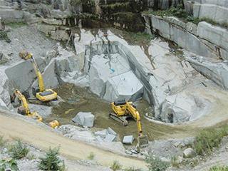 重機による採石